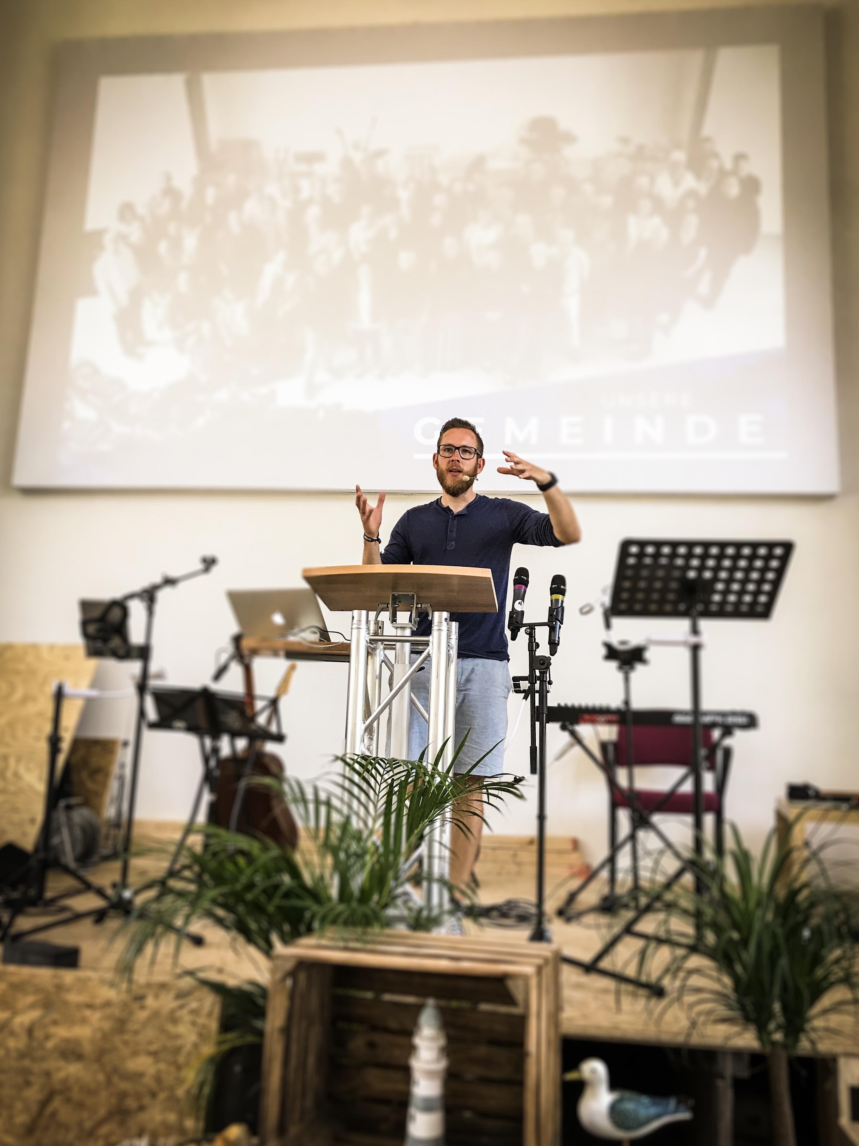 Markus predigt in der Gemeinde im Gottesdienst